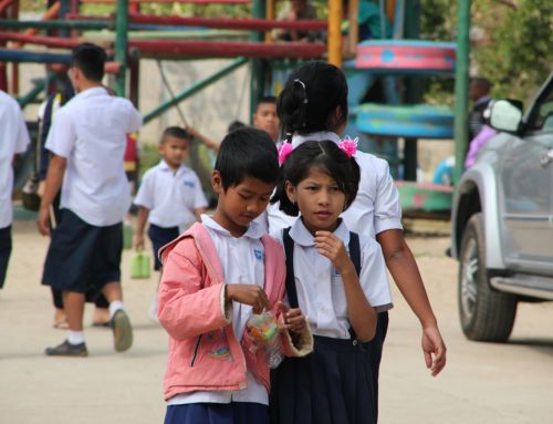 Paarse bus in Adventstijd voor vluchtelingen Myanmar